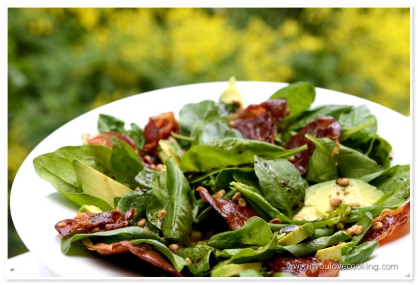 Salata de avocado, pancetta si spanac